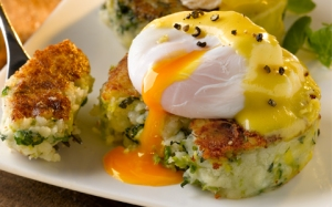 colcannon-cakes-with-poached-eggs-and-hollandaise-sauce